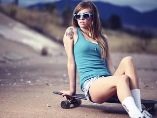 Foto de uma menina jovem em um skate