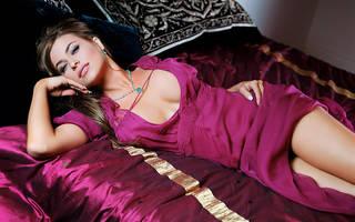 Veja a foto da menina em um vestido feminino luxuoso e impecável make-up.