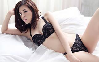 El magnífico medio desnuda asiático.