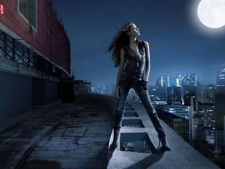 Fille sur le toit en pleine lune